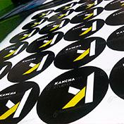 Stickers impresos en couche adhesivo con semi corte circular de 8 cetimetros