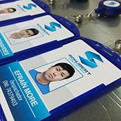 Fotochecks impresos en pvc a full color y yoyo con logo y gancho colgador